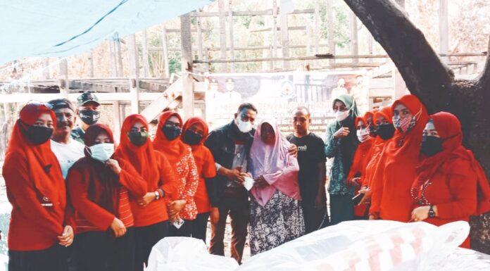 Pemerintah dan TP PKK Kelurahan Empoang Selatan Serahkan Bantuan Kepada Korban Kebakaran