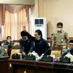 Mic Tak Menyala, Anggota DPRD Jeneponto Benturkan Mic ke Meja